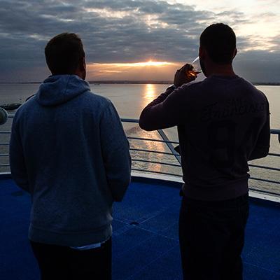 Sundowner auf dem Schiffsdeck